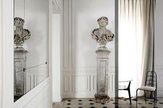 Ci-dessus, les salons de la maison Balmain, à Paris.