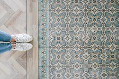 Portugese tegel zeil van Beija Flor in de hal zorgt voor warmte en kleur Hall Tiles, Tiled Hallway, Hallway Flooring, Living Room Flooring, Kitchen Tiles, Kitchen Flooring, Porch Tile, Stencil Decor, Open Plan Kitchen Living Room