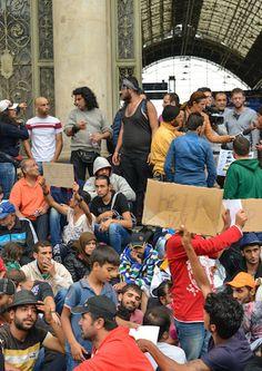 Demuestra el crisis en Alemania sobre inmigrantes y refugios. El pais no quiere acceptar todos los refugios de Syria, pero los refugios no puedan regresar a Syria.