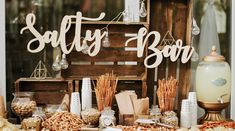 New wedding trend: Salty Bar instead of Candy Bar- Neuer Hochzeits-Trend: Salty Bar statt Candy Bar Instead of gummy bears and cotton candy, wedding guests are now served salty snacks. Candy Bar Vintage, Rustic Candy Bar, Wedding Snack Bar, Candy Bar Wedding, Candy Bar Party, Candy Bar Rustique, Sandwich Original, Snack Station, Bar A Bonbon