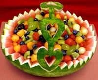 Watermelon basket filled with fruit salad via @gayecrispin