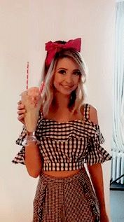 Zoella in fabulous 1940 - 1950 style pin up girl outfit for recent photo shoot. Tumblr Outfits, Girl Outfits, Cute Outfits, Fashion Outfits, Women's Fashion, Zoella Style, Brooklyn And Bailey, Zoe Sugg, Girl Online