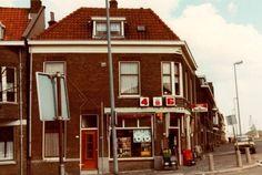 Datering tot: 1980-12-31 Beschrijving: Het hoekpand Nieuwe Maasstraat en Lekstraat (rechts) met de kruidenierswinkel van Toon de Leede.