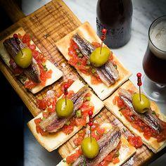 Cocas con sardinas ahumadas, tartar de tomate y encurtidos Vegetable Pizza, Coco, Cheese, Vegetables, Blog, Gourmet, Pickling, Christmas Dinners, Smoker Cooking