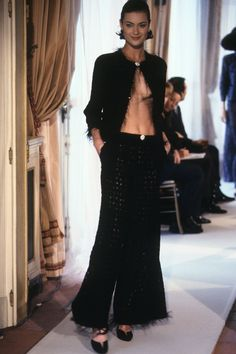 Chanel Spring 1997 Couture Fashion Show Collection: See the complete Chanel Spring 1997 Couture collection. Look 18 Chanel Runway, Chanel Couture, Couture Fashion, Fashion Show Collection, Couture Collection, 80s And 90s Fashion, Chanel Jacket, Chanel Spring, Vintage Chanel
