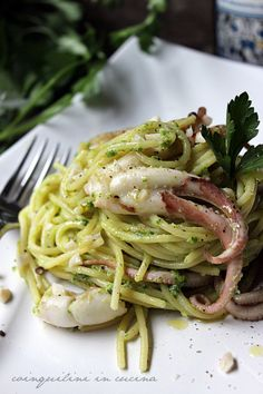 Spaghetti al pesto di prezzemolo con moscardini. World Recipes, Wine Recipes, Seafood Recipes, Gourmet Recipes, Pasta Recipes, Healthy Recipes, Italian Dishes, Italian Recipes, I Love Food