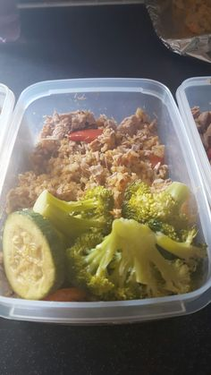 Lunch made for the next few days. Long grain rice, tuna, peppers, onions, mushrooms, herbs and of course green vegs! Dressed with cider vinegar which is great to have in your diet. Good balance of carbs and protein and very low fat! 😊🍽