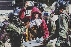 Por @ipaniza -  Con su constitución en mano.  Luego de golpearlo y quitarle todas sus pertenencias lo dejaron ir.  #Venezuela #ipaniza #29m - #regrann