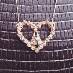 Lindo!! Pingente de coração de botões de Rosa com a imagem da nossa querida mãe Aparecida! #padroeira #nossasenhoraaparecida #brasil #presente #diadasmaes #mães #mãe #banhodeouro #ouro #delicado #joia #jewelery