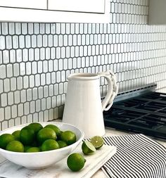 HIVE got my eye on this perfect alternative to subway tile Repost/Design: Kitchen Backsplash, Kitchen Countertops, Cabin Kitchens, White Kitchens, Kitchen Images, Kitchen Ideas, Home Reno, Subway Tile, Tile Design