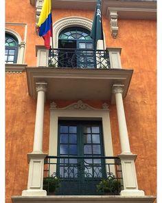 Na parte histórica de Bogotá encontramos muitas casas no estilo colonial espanhol bastante preservadas. Para mais dicas veja nosso último postletsflyaway.com.br ------- In the historic part of Bogota we find many houses in the Spanish colonial style quite preserved. For more tips see our latest postletsflyaway.com.br -------- #bogota #bogotá #colombia #colombialove #bestvacations #igtravel #instatravel #photooftheday #picoftheday #traveladdict #travelblog #travelgram #trip #viagem…