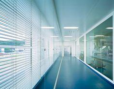 Roche NPK, Bau 235, Galenikbetrieb, Büros und Labors, Kaiseraugst AG /// Architektur im Dienst grösstmöglicher Sterilität /// Die Nachfrage nach Medikamenten, die durch Infusion oder Injektion verabreicht werden, ist in den letzten Jahren stark gestiegen. Um die Kapazitäten zu erhöhen und die verschiedenen Betriebe zu konzentrieren, wurde in Kaiseraugst ein komplett neuer Galenikbetrieb errichtet. Foto: © Ruedi Walti, Basel | IttenBrechbühl