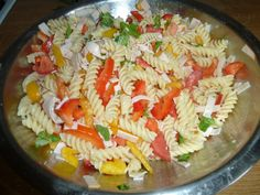 Těstovinový salát se šunkou červená i žlutá paprika 4-5 rajčat těstoviny kelímek zakysané smetany kelímek jogurtu 2-3 lžíce majonézy citrónová šťáva a kůra olivový olej  čerstvá bazalka čerstvý libeček pepř sůl  Těstoviny vaříme, do misky šťávu z citronu a za stálého šlehání přikapáváme olej,vznikne emulze. Přidáme bazalku a libeček, osolíme a opepříme,zeleninu na  nudličky. Uvařené těstoviny k zelenině. Vše smícháme šunkou na plátky, s jogurtem, smetanou a majolkou. Dochutím solí a pepřem