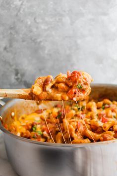 This One Skillet Taco Chili Mac and Cheese is warming, healthy and delicious! Spicy taco style beef, tons of veggies, cheese and pasta! One skillet meal goodness! Taco Mac And Cheese, Creamy Macaroni And Cheese, Yummy Pasta Recipes, Cheesy Recipes, Dinner Recipes, Yummy Food, Taco Chili, One Skillet Meals, Homemade Taco Seasoning