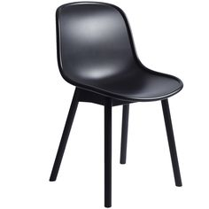 The Neu 13 -chair has an ergonomic shell made out of plastic – with legs made out of ash the impression is beautifully organic. The chair suits both commercial and residential environments and it is available in various colors.