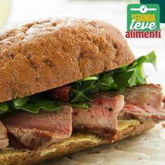 Uma opção saudável e saborosa para o lanche da tarde ou depois do seu treino é um sanduíche com pão integral, rúcula, tomate seco e fatias finas de patinho :D