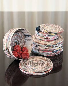 Coiled Magazine Box tutorial by Stephanie Dean (090709) Interested in other ways to up-cycle magazines? See Magazine Gift Bows on Ribbon and Twine http://pinterest.com/pin/259238522273918439//