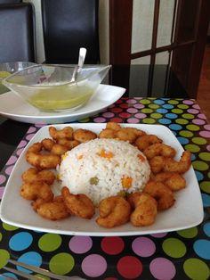 Camarones empanizados con arroz blanco y verduras