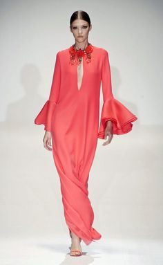 Gucci primavera-verano 2013 Source by isigmj chic Elle Fashion, Pink Fashion, Runway Fashion, Fashion Dresses, Womens Fashion, Eid Dresses, Evening Dresses, Casual Dresses, Kaftan