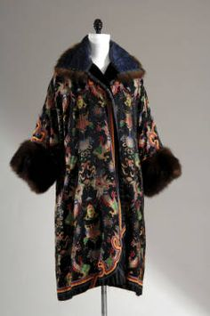 Lucile (Lady Duff Gordon) coat 1921 The Chicago History Museum 20s Fashion, Art Deco Fashion, Fashion History, Vintage Fashion, Fashion Design, Vintage Outfits, 1920s Outfits, Vintage Dresses, Vintage Clothing