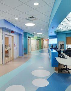 圆形凹槽荧光灯顶灯模仿上的Vidant医疗中心,詹姆斯和康妮·梅纳德·儿童医院,格林维尔,NC这个病人楼走廊由@HDR建筑公司设计的照片的地板泡设计:2013唐施瓦尔姆河/ HDR公司: