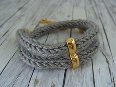 So schlicht und doch so schön.   Dieses gestrickte Armband mit einem kleinen Stern wird zweireihig getragen. Es hat noch ein Verlängerungskettchen und kann somit in der Länge individuell...