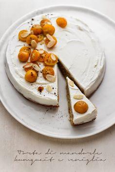 Torta di mandorle, kumquat e vaniglia con yogurt e mascarpone. (Translation: Almond cake with kumquats, vanilla, yogurt, and mascarpone cheese) Just Desserts, Delicious Desserts, Dessert Recipes, Pavlova, Naked Cakes, Cheesecakes, Almond Cakes, Sweet Tarts, Let Them Eat Cake