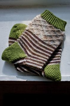 Hand knit sock pattern with stripes and texture! Hand knit sock pattern with stripes and texture! streifen Hand knit sock pattern with stripes and texture! Knitting Socks, Hand Knitting, Knitting Patterns, Finger Knitting, Scarf Patterns, Knitting Tutorials, Knitting Machine, Vintage Knitting, Stitch Patterns