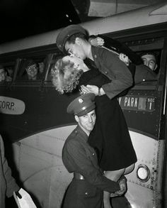 Un soldato da un bacio d'addio alla ragazza il 12 luglio del 1941 a New York. La ragazza era sostenuta da un compagno, suscitando le risate di tutti i presenti. Fotografia di Bettmann / CORBIS