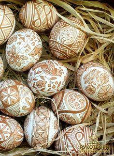 Oeufs décorés de blanc