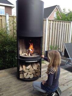 Moderne barbecue / tuinhaard Outdoor Fireplace Designs, Backyard Fireplace, Backyard Sheds, Fire Pit Backyard, Gas Bottle Wood Burner, Fire Pit Designs, House Deck, Diy Fire Pit, Foyers