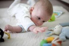 Doit-on placer bébé sur le ventre pour jouer? - Bébé - 0-12 mois - Développement - Mamanpourlavie.com