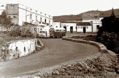 Cuando por la carretera llegábamos, lo primero era el frescor de los grandes árboles que a su entrada estaba. A la izquierda el cementerio, y en frente la parada de guaguas y luego continuaba por la derecha, y a la plaza daba. Pueblo de Arona. Tenerife.