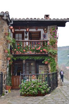 Here is just a normal house in Spain. If I ever lived in Spain I would live in a cute house like this that has a gorgeous view. Spanish Style Homes, Spanish House, Magic Places, Places To Go, Beautiful Homes, Beautiful Places, Spain And Portugal, Stone Houses, My Dream Home