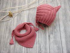 An kalten Tagen sind die kleinen Zwerge mit der PIXIE-Mütze bestens ausgestattet, denn die Mütze sorgt für einen sicheren Halt auf dem Kopf. Dazu das niedliche Dreieckstuch, welches sich lässig um den Hals schlingen lässt. Aufgrund der einfarbigen Fa