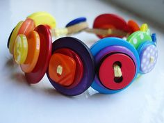 What makes a better accessory than a handmade one? Extremely unique, crafty and inexpensive, button accessories grab our attention more often nowadays. Button Art, Button Crafts, Crafts To Make, Crafts For Kids, Diy Crafts, Kids Diy, Vintage Keys, Vintage Buttons, Button Necklace