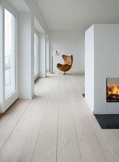 Arne Jacobsons Egg Chair inszeniert auf wunderschönen abgezogenen Holzdielen