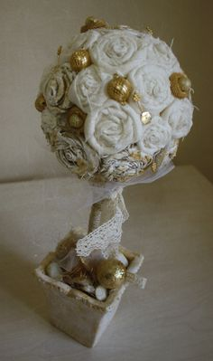 """Golden and White"" Used materials: clay pot self-painted, lace, linen roses, twine, beads and sequins. Height 33 cm."