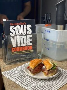 Sous vide burger with The Home Chef's Sous Vide Cookbook by Jenna Passaro and anova sous vide machine Burger Patty Recipe, Burger Recipes, Burger Meat, Burger Buns, Sous Vide Hamburger, Sous Vide Burgers, How To Cook Burgers, Mini Burgers, Sous Vide Cooking
