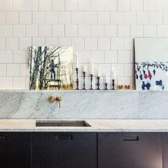 Snyggt svart matt kök med marmor och vitt kakel!°