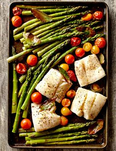 Looking for a dinner recipe featuring fish and fresh veggies? Seasoned with bay leaves, these fish fillets are accompanied by fresh asparagus and cherry tomatoes. Easy Healthy Dinners, Healthy Dinner Recipes, Cooking Recipes, Easy Dinners, Fish Recipes, Seafood Recipes, Seafood Dinner, Baked Fish, Spring Recipes