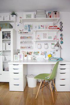 Home office cheio de charme, com tons claros. Se inspire.