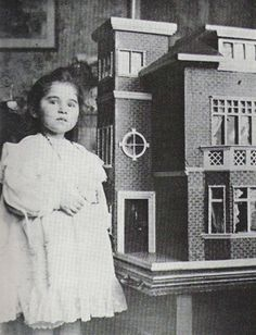 Winifred, sobrinha de Norman Warne, com a verdadeira casa de bonecas representada na história dos Ratinhos Maus