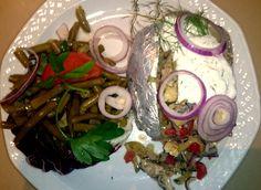 Gefüllte Backkartoffel mit Matjessalat und Dillschmand, dazu Bohnensalat
