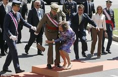 Queen Sofia stumbles during a parade. Luckily King Carlos I came to the rescue