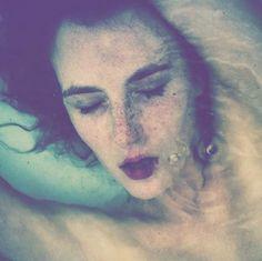 """A série de fotos """"Leaving This Life"""" de Tajette O'Halloran é forte. As fotos mostram a fragilidade da vida quando relacionada a assassinatos, violência e a morte antes do tempo natural de cada ser humano. As imagens refletem o momento onde a juventude, beleza e a sexualidade em transição para morte.    """"eu sou fascinado pelo incompleto e estranho, achando romance na escuridão na trajetória da vida das pessoas"""""""