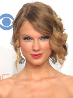 Taylor Swift Hairstyles - January 6, 2010 - DailyMakeover.com *Glimpse into Prom Hair*