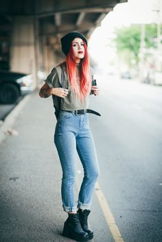 GRUNGE light wash high waisted jeans, crop cuffed sleeves tee, beanie, chunky shoes + belt