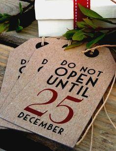Countdown to Christmas – Gift wrapping ideas Christmas Countdown, Noel Christmas, Merry Little Christmas, All Things Christmas, Winter Christmas, Christmas Gifts, Christmas Labels, Simple Christmas, Beautiful Christmas