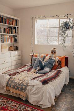 Stunning 40+ Cozy Small Bedroom Ideas https://modernhousemagz.com/40-cozy-small-bedroom-ideas/
